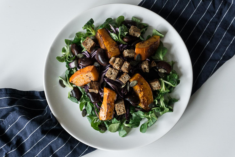 Köstlicher Wintersalat mit Vogerlsalat, Rotkraut, Kürbis, Käferbohnen und Croutons_Joyfood_Sabrina Egg_Diätologin