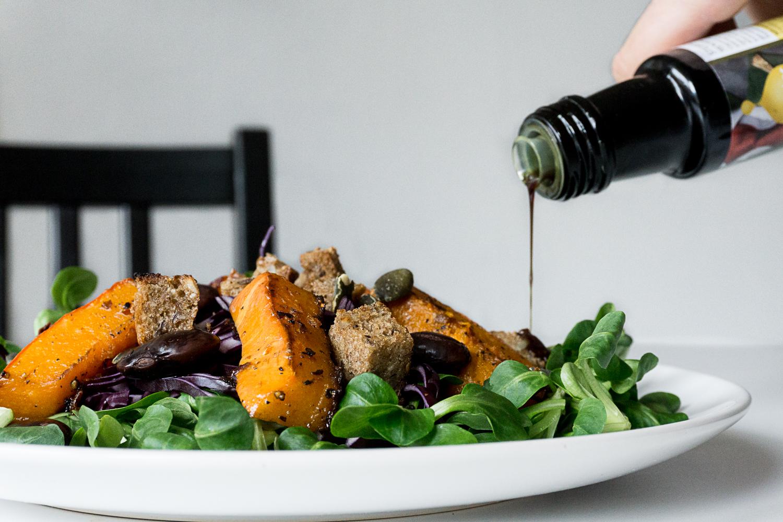 Wintersalat mit Vogerlsalat, Rotkraut, Kürbis, Käferbohnen und Croutons mit Kürbiskernöl mariniert_Joyfood_Sabrina Egg_Diätologin