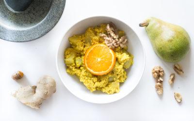 Goldener Hirse-Porridge mit Kurkuma und Birne